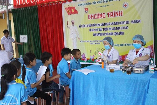 Thầy thuốc trẻ Chi đoàn thanh niên TTYT Hữu Lũng tham gia khám sàng lọc cho học sinh bậc Tiểu học và THCS
