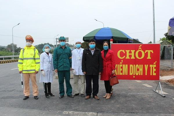 Công đoàn cơ sở Trung tâm Y tế Hữu Lũng đã tới thăm, động viên và tặng quà các cán bộ y tế, các chiến sĩ bộ đội và công an tại 02 chốt kiểm dịch y tế trên địa bàn huyện cho hoạt động phòng, chống dịch Covid-19