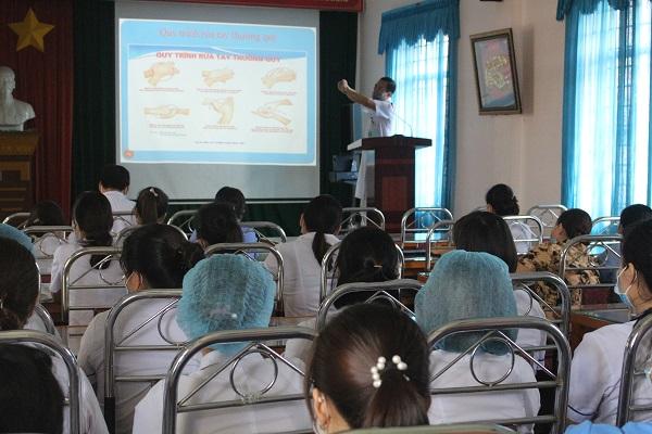 Trung tâm Y tế Hữu Lũng tổ chức tập huấn quản lý chất thải y tế - vệ sinh tay