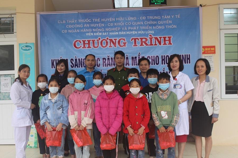 Hơn 200 bạn nhỏ tại trường Tiểu học xã Quyết Thắng được khám sàng lọc răng hàm mặt và mắt