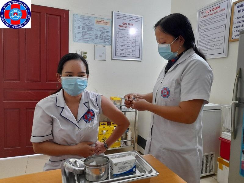 Hơn 320 nhân viên y tế của Trung tâm Y tế Hữu Lũng được tiêm vắc xin cúm mùa cho toàn bộ